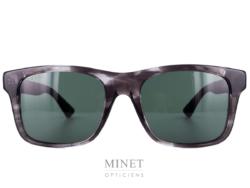 Les solaires GG 8 font partie de la toute nouvelle collection Gucci. Ce ont de grandes lunettes de soleil rectangulaires grises. Les verres G15 sont en plastique, apportant solidité et légèreté. Les Branches noires sont munie de célèbre ruban Gucci rouge et vert. Signe distinctif de la marque reconnaissable entre tous.