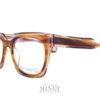 Grandes lunettes optique rectangulaire ayant la face et les branches épaisses. La matière exceptionnelle allie les couleurs écailles et transparente de façon a diminuer le côté massif. Ce qui nous donnes une lunettes très épaisse mais facilement portable et esthétiquement très légère malgré tout. Pour Blake Kuwahara, la combinaison parfaite de l'expérimentation et d'une innovation audacieuse en fait un succès immédiat.