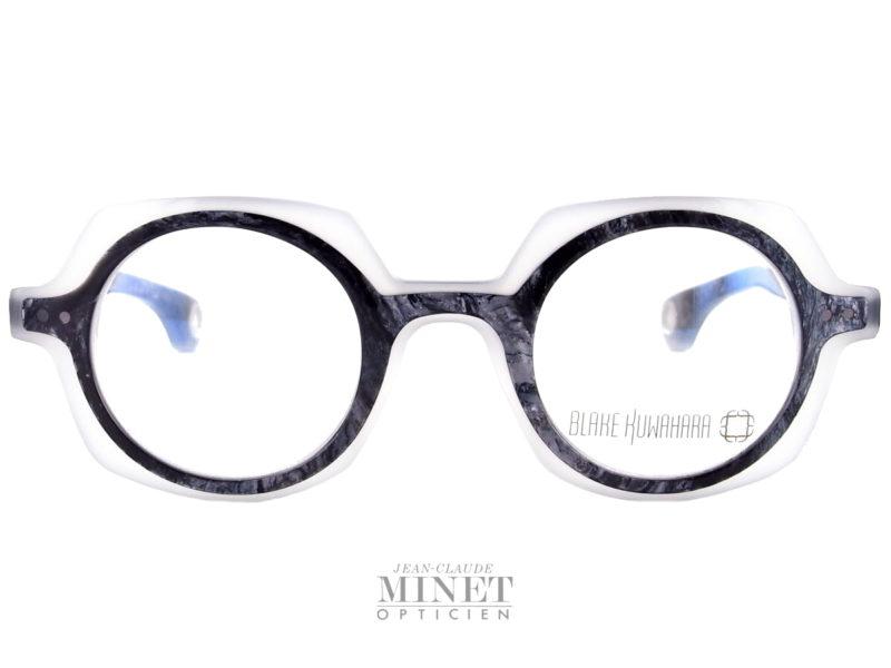 Très belles et audacieuses lunettes rondes Blake Kuwahara Kahn. Lunettes optique en acétate bicolore, noir marbré et blanc translucide. Les lunettes Blake Kuwahara sont la combinaison parfaite de l'expérimentation et une innovation audacieuse.