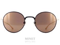 Lunettes de soleil Masunaga Wright sont en métal noir et or et de forme pantos. les verres de catégorie 3 miroité or sont 100% UV. Créée en 1905, la marque Masunaga est l'un des fleurons de la lunetterie japonaise. Ces modèles fabriqués avec rigueur et précision – elles passent par plus de 200 étapes manuelles – ont un style plutôt rétro. On retrouve beaucoup de lunettes Pantos ou rondes en acétate et en métal. Les collections de lunettes de soleil rétro et de vue restent classiques mais sont toujours de très belle facture. La marque a reçu une pluie de récompenses ces dernières années avec notamment deux Silmo d'Or. En 2014, la lunette de soleil « Campanule » en collaborat