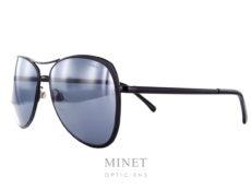 Solaire Chanel en métal noir, les verres noirs, miroir argenté de catégorie 3 offrent une excellente protection et vous apporteront un excellent confort aussi bien en voiture qu'à la plage. Ce sont des montures alliant légèreté et solidité. La forme des verres est inspirée de la mythique et intemporelle forme pilotes.