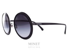 Solaire Chanel en métal noir, les verres ronds dégradés gris offrent une excellente protection et vous apporterons un excellent confort aussi bien en voiture qu'à la plage.