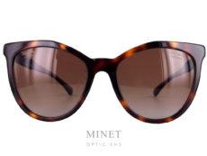 Lunettes de soleil Chanel 5376 sont de grandes lunettes de soleil de couleur écaille, les verres dégradés brun 100% U.V de catégorie 3 offrent une excellente protection et vous apporteront un excellent confort aussi bien en voiture qu'à la plage. Sur les branches, on y a enfilé une double rangée de cristaux swarovski noir.