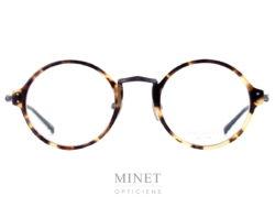 Les lunettes optique Masunaga GMS 818 sont des lunettes ronde combinées acétate de cellulose et titane Japonais Haut de gamme. Les cerclages sont en imitation écaille de tortue. Le pont est en titane finement ciselé ainsi que les tenons des branches. Le tout, apportant une touche rétro et élégante à l'ensemble.