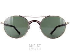 Les Masunaga GMS 106 sont des lunettes de soleil pour homme en titane. Les verres sont ovales, et la monture ciselée à l'ancienne dans le plus pure style vintage chère à la marque. Créée en 1905, la marque Masunaga est l'un des fleurons de la lunetterie japonaise. Ces modèles fabriqués avec rigueur et précision – elles passent par plus de 200 étapes manuelles – ont un style plutôt rétro. On retrouve beaucoup de lunettes Pantos ou rondes en acétate et en métal. Les collections de lunettes de soleil rétro et de vue restent classiques mais sont toujours de très belle facture. La marque a reçu une pluie de récompenses ces dernières années avec notamment deux Silmo d'Or. En 2014, la lunette de soleil « Campanule » en collaboration avec le styliste Kenzo Takada remporte un très grand succès. En 2015, c'est la lunette optique « GMS 106 » qui tire son épingle du jeu ! Masunaga ne finit pas de surprendre c'est certain!