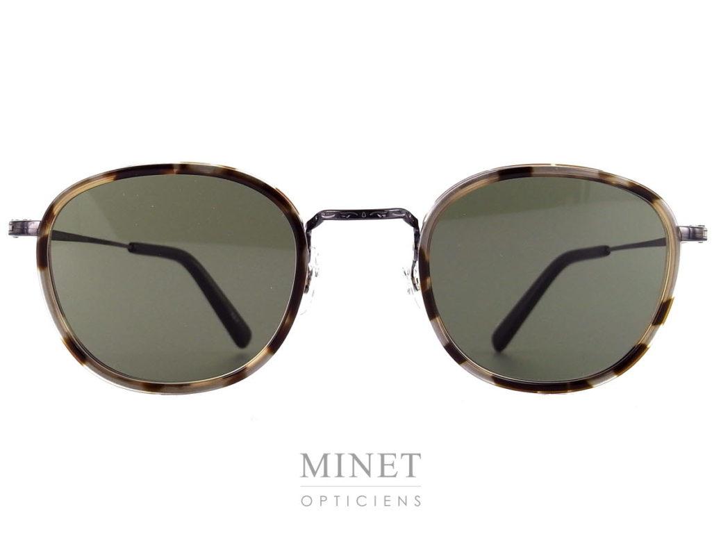 Masunaga GMS 824, lunettes de soleil pour homme en titane. Les verres 100% UV de catégorie 3 sont entourés d'un cerclage de couleur écaille. Créée en 1905, la marque Masunaga est l'un des fleurons de la lunetterie japonaise. Ces modèles fabriqués avec rigueur et précision – elles passent par plus de 200 étapes manuelles – ont un style plutôt rétro. On retrouve beaucoup de lunettes Pantos ou rondes en acétate et en métal. Les collections de lunettes de soleil rétro et de vue restent classiques mais sont toujours de très belle facture. La marque a reçu une pluie de récompenses ces dernières années avec notamment deux Silmo d'Or. En 2014, la lunette de soleil « Campanule » en collaboration avec le styliste Kenzo Takada remporte un très grand succès. En 2015, c'est la lunette optique « GMS 106 » qui tire son épingle du jeu ! Masunaga ne finit pas de surprendre c'est certain!