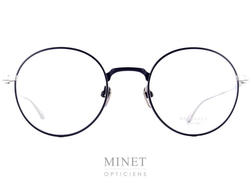 Les Masunaga Wright sont des lunettes rondes . Les cerclages sont noire tandis que les branches sont chromées. Ces lunettes sont en titane Japonais haut de gamme, ce qui les rends très légères tout en étant super solide.