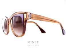 Thierry Lasry Frivolity. Grande lunettes de soleil dames de forme papillonnante. Les verres 100% UV, sont dégradés brun en parfaite harmonie avec la monture de couleur brune rehaussée d'un jolis détail mauve telle du fard à paupières. Fils d'un père opticien et d'une mère designer, Thierry Lasry a lancé naturellement sa marque de lunettes en 2006. Le jeune créateur s'inspire des années 80 pour proposer des modèles innovants aux détails très futuristes. On retrouve dans ses collections des montures décalées et originales aux imprimés vintage et aux formes rétro. Malgré leur volume important, les lunettes sont conçues en acétate très léger et entièrement réalisées à la main en France. Les modèles ont su séduire de nombreuses célébrités telles que Madonna, Rihanna ou encore Eva Mendès. Toutes portent les désormais célèbres lunettes de soleil Thierry Lasry.