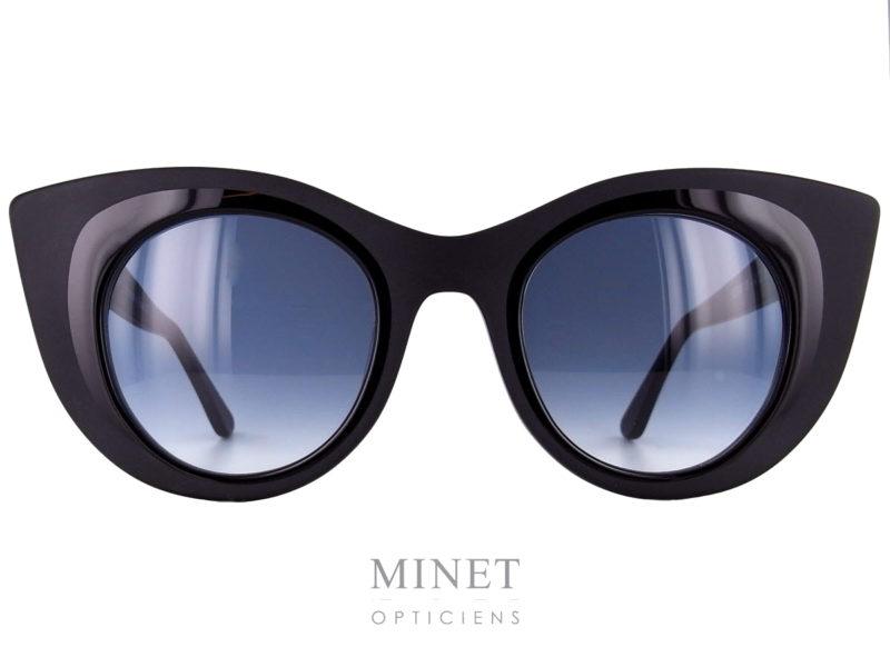 Thierry Lasry Hedony. Grande lunettes de soleil dames noir mat de forme papillonnante. Les verres 100% UV, sont dégradés gris. Fils d'un père opticien et d'une mère designer, Thierry Lasry a lancé naturellement sa marque de lunettes en 2006. Le jeune créateur s'inspire des années 80 pour proposer des modèles innovants aux détails très futuristes. On retrouve dans ses collections des montures décalées et originales aux imprimés vintage et aux formes rétro. Malgré leur volume important, les lunettes sont conçues en acétate très léger et entièrement réalisées à la main en France. Les modèles ont su séduire de nombreuses célébrités telles que Madonna, Rihanna ou encore Eva Mendès. Toutes portent les désormais célèbres lunettes de soleil Thierry Lasry.