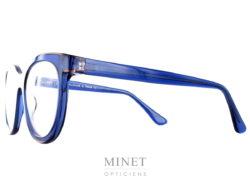 Thierry Lasry Vacancy. Lunettes optique bleue translucide entourées d'un fin liseret brun transparent. Fils d'un père opticien et d'une mère designer, Thierry Lasry a lancé naturellement sa marque de lunettes en 2006. Le jeune créateur s'inspire des années 80 pour proposer des modèles innovants aux détails très futuristes. On retrouve dans ses collections des montures décalées et originales aux imprimés vintage et aux formes rétro. Malgré leur volume important, les lunettes sont conçues en acétate très léger et entièrement réalisées à la main en France. Les modèles ont su séduire de nombreuses célébrités telles que Madonna, Rihanna ou encore Eva Mendès. Toutes portent les désormais célèbres lunettes de soleil Thierry Lasry.