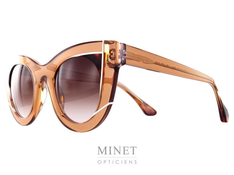 Les Wavvvy de Thierry Lasry sont de grande lunettes de soleil dames de forme papillonnante. Les verres 100% UV, sont dégradés brun en parfaite harmonie avec la monture de couleur brune rehaussée d'un jolis détail écailles de tortue telle du fard à paupières le tout, souligné de traits blancs. Fils d'un père opticien et d'une mère designer, Thierry Lasry a lancé naturellement sa marque de lunettes en 2006. Le jeune créateur s'inspire des années 80 pour proposer des modèles innovants aux détails très futuristes. On retrouve dans ses collections des montures décalées et originales aux imprimés vintage et aux formes rétro. Malgré leur volume important, les lunettes sont conçues en acétate très léger et entièrement réalisées à la main en France. Les modèles ont su séduire de nombreuses célébrités telles que Madonna, Rihanna ou encore Eva Mendès. Toutes portent les désormais célèbres lunettes de soleil Thierry Lasry.