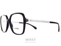 Chanel 3367. Grande monture optique pour dames. La face est en acétate de cellulose noire et les branches sont en métal argenté et en relief, imitant la trame du tweed des fameux tailleurs, icone incontestée de la Maison Chanel.