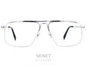 Les lunettes Coblens FLUGVERKEHRSKONTROLLE sont de superbe monture optique pour homme en titane. Elles reprennent les codes vintage des 70's 80's revisité avec la touche de modernité qu'il faut pour en faire des modèles top aussi bien au niveau esthétique que technique. Depuis 2007, la marque allemande Coblens, pilotée par Nils Kaesemann et Ralf Schmidt, évolue dans un esprit très vintage . Leur style est minimaliste et élégamment rétro, mais marqué du sceau de la modernité: viril et charismatique! Coblens propose des montures structurées aux lignes fines, en titane. Fabriquées en Allemagne, les collections du lunetier Coblens invitent au voyage dans un monde contemporain teinté de classe vintage où se mêlent ingénierie de précision et prototypes créatifs QUALITÉ Coblens accorde une grande importance au choix et à la qualité des matériaux. C'est pourquoi ils recherchent leurs fabricants en fonction de leurs capacités uniques et de leurs caractéristiques techniques. Chacune de leurs lunettes est amoureusement faite à la main. Ils combinent l'artisanat traditionnel et le traitement de matériaux précis avec de nouvelles techniques et créent de petits chefs-d'œuvre mécaniques à la fois classiques et modernes. Ils ne font pas de compromis par rapport la sélection des matériaux et des composants. Chez COBLENS, ils fabriquent tous leurs composants et matériaux de base selon leur propres conceptions et exigences. MATÉRIAUX ET COMPOSANTS TITANE Chez COBLENS, METAL signifie simplement: Titane. Dès le début, ils ont travaillé avec ce matériau extraordinaire, sa structure moléculaire cristalline lui confère résistance et élasticité en même temps. Il est presque aussi léger que l'aluminium, mais beaucoup plus stable et surtout: il ne déclenche pas d'allergies de contact. Tradition et technologie sophistiquée en font un. Comme le titane ne pèse que la moitié de l'acier, nous économisons beaucoup de poids. Mais le Titane n'est pas seulement léger (une COBLENS ne pèse qu'environ 10