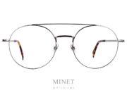 Les lunettes Coblens Spoiler sont de très belle monture optique en titane. Grandes lunettes ronde double pont, elles reprennent les codes vintage des 70's 80's revisité avec la touche de modernité qu'il faut pour en faire des modèles top aussi bien au niveau esthétique que technique. Depuis 2007, la marque allemande Coblens, pilotée par Nils Kaesemann et Ralf Schmidt, évolue dans un esprit très vintage . Leur style est minimaliste et élégamment rétro, mais marqué du sceau de la modernité: viril et charismatique! Coblens propose des montures structurées aux lignes fines, en titane. Fabriquées en Allemagne, les collections du lunetier Coblens invitent au voyage dans un monde contemporain teinté de classe vintage où se mêlent ingénierie de précision et prototypes créatifs QUALITÉ Coblens accorde une grande importance au choix et à la qualité des matériaux. C'est pourquoi ils recherchent leurs fabricants en fonction de leurs capacités uniques et de leurs caractéristiques techniques. Chacune de leurs lunettes est amoureusement faite à la main. Ils combinent l'artisanat traditionnel et le traitement de matériaux précis avec de nouvelles techniques et créent de petits chefs-d'œuvre mécaniques à la fois classiques et modernes. Ils ne font pas de compromis par rapport la sélection des matériaux et des composants. Chez COBLENS, ils fabriquent tous leurs composants et matériaux de base selon leur propres conceptions et exigences. MATÉRIAUX ET COMPOSANTS TITANE Chez COBLENS, METAL signifie simplement: Titane. Dès le début, ils ont travaillé avec ce matériau extraordinaire, sa structure moléculaire cristalline lui confère résistance et élasticité en même temps. Il est presque aussi léger que l'aluminium, mais beaucoup plus stable et surtout: il ne déclenche pas d'allergies de contact. Tradition et technologie sophistiquée en font un. Comme le titane ne pèse que la moitié de l'acier, nous économisons beaucoup de poids. Mais le Titane n'est pas seulement léger (une COBLENS ne pèse