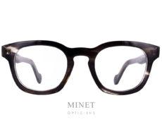 Monture optique Moncler ML 5017. Lunettes optiques pour homme de style vintage en acétate de cellulose imitation corne de buffle. Après avoir transformé la doudoune en vêtement chic et branché, Moncler s'est lancée dans les collections de lunettes rétro en 2009. Parmi les produits de la griffe, on retrouve une large gamme de lunettes optiques et solaires. Fidèles à l'esprit de la marque, les montures Moncler sont élégantes et arborent un style intemporel, résultat d'un subtil mélange entre tradition et modernité.