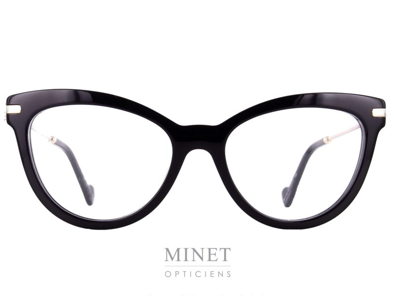 Monture optique Moncler ML 5018. Lunettes optiques pour dame. Monture noire de forme papillon, les branches sont en métal doré et les charnières sont décorées avec le logo de la marque. Après avoir transformé la doudoune en vêtement chic et branché, Moncler s'est lancée dans les collections de lunettes rétro en 2009. Parmi les produits de la griffe, on retrouve une large gamme de lunettes optiques et solaires. Fidèles à l'esprit de la marque, les montures Moncler sont élégantes et arborent un style intemporel, résultat d'un subtil mélange entre tradition et modernité.
