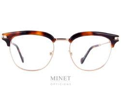Monture optique Moncler ML 5021. Lunettes optiques Combinée métal doré et cellulo écailles. Monture de style vintage inspirées des 60's. Après avoir transformé la doudoune en vêtement chic et branché, Moncler s'est lancée dans les collections de lunettes rétro en 2009. Parmi les produits de la griffe, on retrouve une large gamme de lunettes optiques et solaires. Fidèles à l'esprit de la marque, les montures Moncler sont élégantes et arborent un style intemporel, résultat d'un subtil mélange entre tradition et modernité.