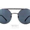 Les Chanel 4232 sont des lunettes de soleil en métal de forme ronde, double pont, et de couleur canon de fusil. Les verres gris de catégorie 3 sont 100% uv. Le double pont est sculpté de façon à imiter la trame du tweed des fameux tailleurs de la Maison Chanel.