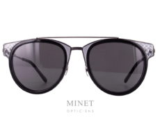 Lunettes solaires Bottega Veneta BVO123S. Montures pour dames en métal, les verres gris 100% UV sont entouré d'un très joli décor transparent en acétate de cellulose imitant le cuir tressé,