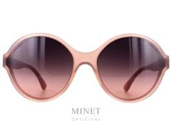 Lunettes de soleil Chanel 5387. Grande lunettes rose montées de verres dégradés brun et rose.