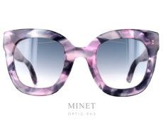 Les solaires GG 208 font partie de la toute nouvelle collection Gucci. Ce ont de grandes lunettes de soleil rectangulaires de couleur marbré noir rose et gris. Les verres dégradés gris, sont en plastique, apportant solidité et légèreté. Les Branches noires sont munie de célèbre Logo Gucci double G. Signe distinctif de la marque reconnaissable entre tous.