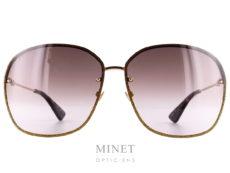 Les solaires GG 208 font partie de la toute nouvelle collection Gucci. Ce sont de grandes lunettes de soleil rectangulaires sans monture et très légère. Les verres dégradés bruns sont rainuré et incrusté d'un liseret en paillettes d'or. Les Branches dorées sont toute fine.