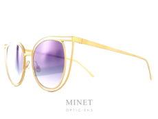 Lunettes de soleil atypique, les Thierry Lasry Eventually sont de très belles lunettes en métal dorée. La face est constituée comme si on avait entouré la monture d'une deuxième monture. Nous donnant un très bel effet ajouré rendant la monture plus grande et, malgré tout, très légère. La forme est assez conventionnel mais est réalisés par un design exceptionnel. Fils d'opticien et d'une mère designer, Thierry Lasry a lancé naturellement sa marque de lunettes en 2006. Le jeune créateur s'inspire des années 80 pour proposer des modèles innovants aux détails très futuristes. On retrouve dans ses collections des montures décalées et originales aux imprimés vintage et aux formes rétro. Malgré leur volume important, les lunettes sont conçues en acétate très léger et entièrement réalisées à la main en France. Les modèles ont su séduire de nombreuses célébrités telles que Madonna, Rihanna ou encore Eva Mendès. Toutes portent les désormais célèbres lunettes de soleil Thierry Lasry.