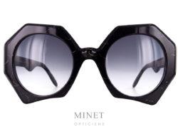 Lunettes de soleil pour dames Laurence D'Ari Authentic, sont de grandes montures de forme octogonale de couleur marbre noir. les verres, 100%uv, sont dégradés gris.