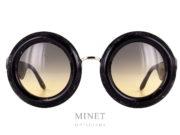 Les Laurence D'Ari Fearless Black Marble sont des grande lunettes de soleil ronde de couleur noir marbre au design très appuyé. Monture épaisse. Elles existent aussi en cristal et en couleur écaille de tortue.