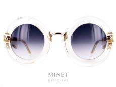 Les Laurence D'Ari Fearless Crystal sont des grande lunettes de soleil ronde de couleur cristal au design très appuyé. Monture épaisse mais transparente. Elles existent aussi en Black Marble et en couleur écaille de tortue.
