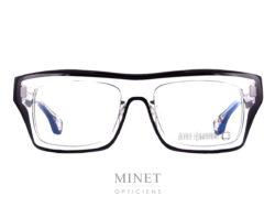Les Blakes Kuwahara Chambers Crystal sont de grandes lunettes optique rectangulaire ayant la face et les branches épaisses. La monture est de couleur cristal bordée de noir. La matière exceptionnelle allie les couleurs écailles et transparente de façon a diminuer le côté massif. Ce qui nous donnes une lunettes très épaisse mais facilement portable et esthétiquement très légère malgré tout. Pour Blake Kuwahara, la combinaison parfaite de l'expérimentation et d'une innovation audacieuse en fait un succès immédiat.