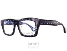 Les Blakes Kuwahara Chambers Royal sont de grandes lunettes optique rectangulaire ayant la face et les branches épaisses. La monture est de couleur cristal remplie de traits bleus bordée de noir. La matière exceptionnelle allie les couleurs écailles et transparente de façon a diminuer le côté massif. Ce qui nous donnes une lunettes très épaisse mais facilement portable et esthétiquement très légère malgré tout. Pour Blake Kuwahara, la combinaison parfaite de l'expérimentation et d'une innovation audacieuse en fait un succès immédiat.