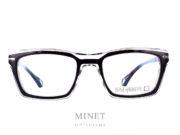Monture optique pour homme. Les Blake Kuwahara Webster Black sont des lunettes rectangulaire de couleurs cristal et noire. Lunettes massives mais légères.