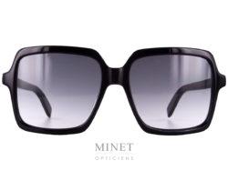 Dans le plus pure style de Yves Saint Laurent lui même, Les Saint Laurent SL174, sont de grandes montures noires, rectangulaires, munies de verres dégradés gris protégeant à 100% contre les UV.