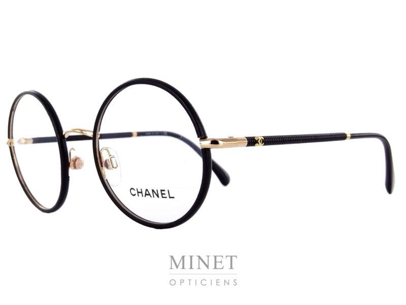 Nouvelles lunettes optique Chanel 2179. Le grand retour du métal!!! Lunettes ronde dont les cerclage sont recouvert de cuir. Les tenons et le pont sont dorés tandis que les branches sont noires.