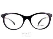 Monture optique Chanel 3357. Lunettes noires de forme papillonnantes. Les branches dorées sont gravées de façon a rappeler le matelassé que l'on retrouve sur les sacs Chanel.