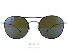 Les lunettes Edwardson Solaires Mayfair sont de superbe lunettes de soleil dont le contour des verres est noir tandis que les branches sont argentées, de forme vintage, en métal, finement ciselé à l'ancienne, munie de verres gris-vert vintage 100% UV.