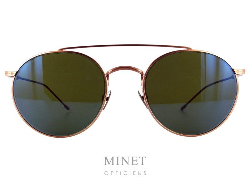 Edwardson Solaire Baron. De même forme que les lunettes optique du même nom, Les lunettes Edwardson Solaires Baron sont de superbe lunettes de soleil en métal, finement ciselé à l'ancienne, munie de verres gris-vert vintage 100% UV. Elles vous apporteront un confort de vision et une protection optimale. Les lunettes Edwardson sont fabriquées en Italie, entièrement à la main. Dans cette collection, le label de qualité handcrafted est primordial. Le style « Chic – Trendy » d'Edwardson mêle l'esprit vintage avec la passion pour le design moderne.