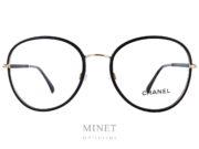 Monture optique Chanel 2178. Grandes lunettes optiques en métal doré recouvertes de cuir noir. Les branches sont noir et or.