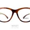 Les Chanel 3360 sont de grandes lunettes optiques en acétate de cellulose de couleur écaille de tortue et de forme légèrement papillonnantes.