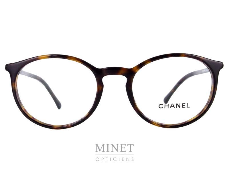 Les Chanel 3372 sont de petites lunettes rétro pour dames en acétate de cellulose de couleur écaille de tortue et de forme ovale.