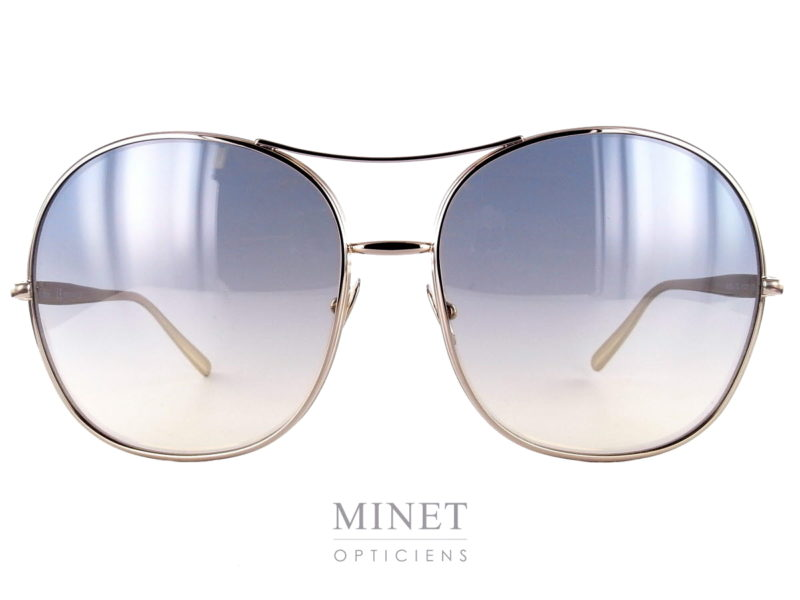 Lunettes Chloé CE128S . Très jolies lunettes de soleil en métal subtilement doré. Les verres sont d'un très joli dégradé bleu et leur contours volontairement surépaissi afin de leur donner une identité plus forte. Toute nouvelles collection. Les Lunettes Chloé reprennent tous les codes qui ont fait la réputation de la marque. Elles sont élégantes, confortables et très féminines. Cette nouvelle collection est juste incroyable, avec de superbes détails.