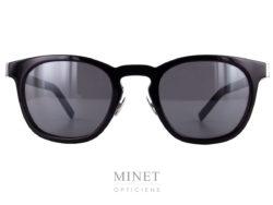 Les Saint Laurent SL 28 sont des lunettes de soleil pour homme. La face, en acétate de cellulo noir est incrustée d'une plaque de métal chromée prolongée par les branches.