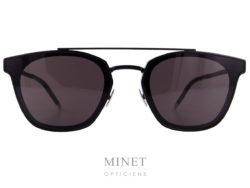 Les Saint Laurent SL 28 métal sont de très fines lunettes de soleil en métal noir. Les verres sont plaqués contre la face pour donner un effet fin et léger.