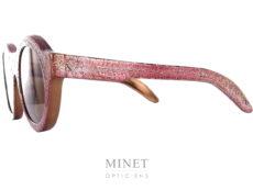 Kuboraum Maske A2. Superbe lunettes de soleil ronde. Les verres bruns 100% UV sont de catégorie 3. La monture est recouverte d'un revêtement chromé rouge qui à été volontairement brûlé dans le but de donner cet effet de surface extraordinaire visible sur la face et les branches de la monture.