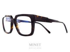 Les Kuboraum Maske K3 sont de grande lunettes optique pour hommes en acétate de cellulose de couleur écaille de tortue. La particularité de ces lunettes, car les Kuboraum ne sont jamais ordinaires, est qu'on joue avec les épaisseurs de la matière. Aussi bien au niveau du pont que des branches ou des bords, le designer joue avec les 3 dimensions. Alors, si l'envie vous prend d'avoir sur le nez, non seulement de superbes lunette, mais aussi une véritable sculpture digne d'une oeuvre d'art, n'hésitez plus. les Kuboraum Maske K3 sont faites pour vous.