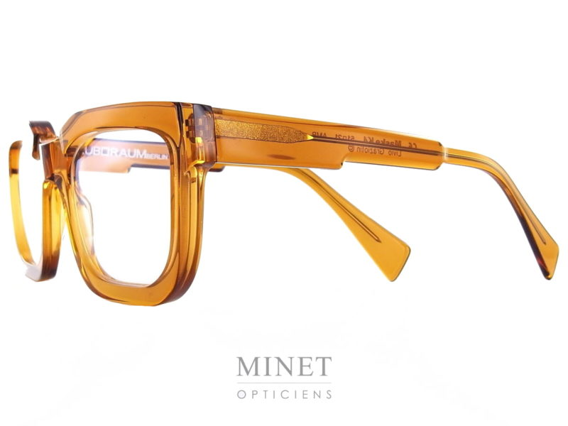 Les Kuboraum Maske K4 sont de grande lunettes optique mixte en acétate de cellulose de couleur écaille de tortue jaune. La particularité de ces lunettes, car les Kuboraum ne sont jamais ordinaires, est qu'on joue avec les épaisseurs de la matière. Aussi bien au niveau du pont que des branches ou des bords, le designer joue avec les 3 dimensions.