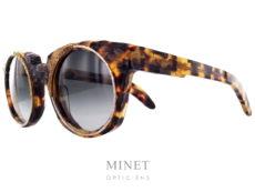 Les Kuboraum Maske U6 sont des lunettes de soleil extraordinaires pour différentes raisons. Tout d'abord, cette monture à été complètement torturé à l'aide de limes et ponceuses en tout genre. Ensuite, on y a incrusté différents métaux lisses ou non, de différents diamètres et aspect. Et pour finir, on a fait subir à ces incrustations, le même sort que la monture. ce qui nous donne une sculpture brut et originale fantastique et exceptionnel pour des lunettes de soleil. Le reste de la monture est typiquement dans le style Kuboraum, avec des entailles dans les branches et le pont qui présente plusieurs épaisseurs renforçant l'aspect sculpturale de l'objet. Alors, si l'envie vous prend d'avoir sur le nez, non seulement de superbes lunette, mais aussi une véritable sculpture digne d'une oeuvre d'art, n'hésitez plus. les Kuboraum Maske U6 sont exactement ce que vous cherchez.