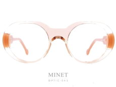 Henau M616, monture optique dames transparent, les branches épaisses sont de couleur beige. Belge et de style très particulier typique à la collection Henau. Là où lunettes et art se rencontrent : voilà une formule qui résume bien la vision de Henau. Nous voulons que nos lunettes 100 % belges opèrent la synthèse entre fonctionnalité optique, design avant-gardiste et rayonnement artisanal. Ou encore, entre originalité et reconnaissance. Henau, ce sont des lunettes qui combinent look contemporain et caractère intemporel. De nos jours, les lunettes sont de véritables objets de mode, qui reflètent et renforcent la personnalité et le caractère de ceux qui les portent. Cette évolution n'a rien de surprenant : les lunettes étant la première chose que l'on remarque chez quelqu'un quand on le rencontre pour la première fois, pourquoi ne mettriez-vous pas le paquet pour que votre monture fasse la meilleure impression possible ? C'est pourquoi le créateur Marc Delagrange, un passionné d'optique et d'art moderne, travaille avec les lunettes comme s'il faisait de la haute couture : à ses yeux, une paire de lunettes, c'est comme un objet d'art où le design forme une parfaite harmonie avec la fonctionnalité et le confort. En d'autres termes, on se situe ici aux antipodes de la production de masse : HENAU ne jure que par des modèles uniques et signés à la main et s'inscrit ainsi dans une véritable démarche de couturier de lunettes. Le créateur Marc Delagrange n'a pas peur de sortir des sentiers battus et de jouer la carte de l'innovation technologique. Henau se présente également comme un spécialiste des lunettes qui voue un profond respect à la tradition : l'optique, c'est en effet plusieurs siècles d'histoire, avec des premières références qui remontent aux moines du Moyen-Âge. Cet artisanat, HENAU entend non seulement le perpétuer au maximum mais également le compléter et l'enrichir avec ses propres designs de caractère et avant-gardistes. Une vision et une approche qui portent 