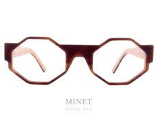 Les Henau Octagono sont des monture optique mixte assez particulière. Particulière par la face dont les verres sont de forme octogonales tenu par un pont assez imposant et des tenons de charnière de même largeur. Ces larges tenons sont continués par des branches de même largeur qui s'affinent sur la longueur. Là où lunettes et art se rencontrent : voilà une formule qui résume bien la vision de Henau. Nous voulons que nos lunettes 100 % belges opèrent la synthèse entre fonctionnalité optique, design avant-gardiste et rayonnement artisanal. Ou encore, entre originalité et reconnaissance. Henau, ce sont des lunettes qui combinent look contemporain et caractère intemporel. De nos jours, les lunettes sont de véritables objets de mode, qui reflètent et renforcent la personnalité et le caractère de ceux qui les portent. Cette évolution n'a rien de surprenant : les lunettes étant la première chose que l'on remarque chez quelqu'un quand on le rencontre pour la première fois, pourquoi ne mettriez-vous pas le paquet pour que votre monture fasse la meilleure impression possible ? C'est pourquoi le créateur Marc Delagrange, un passionné d'optique et d'art moderne, travaille avec les lunettes comme s'il faisait de la haute couture : à ses yeux, une paire de lunettes, c'est comme un objet d'art où le design forme une parfaite harmonie avec la fonctionnalité et le confort. En d'autres termes, on se situe ici aux antipodes de la production de masse : HENAU ne jure que par des modèles uniques et signés à la main et s'inscrit ainsi dans une véritable démarche de couturier de lunettes. Le créateur Marc Delagrange n'a pas peur de sortir des sentiers battus et de jouer la carte de l'innovation technologique. Henau se présente également comme un spécialiste des lunettes qui voue un profond respect à la tradition : l'optique, c'est en effet plusieurs siècles d'histoire, avec des premières références qui remontent aux moines du Moyen-Âge. Cet artisanat, HENAU entend non seulement le perpétu